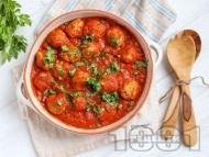 Сочни свински кюфтенца с доматен сос с чесън и магданоз